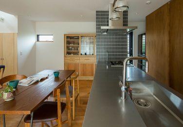 ステンレスの光るシンプルキッチン