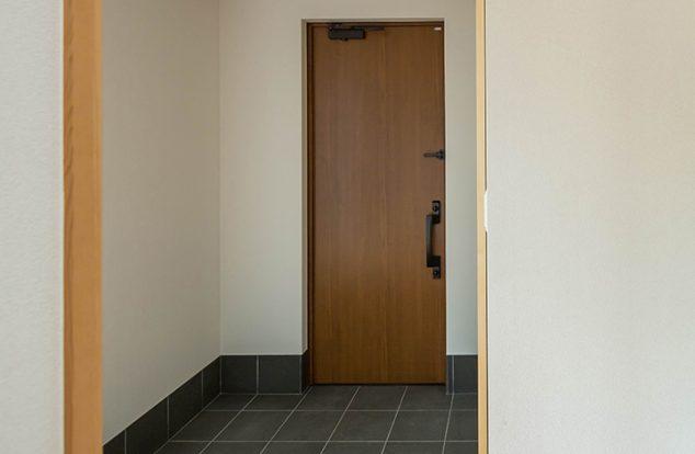 シンプルでモダンな雰囲気漂う玄関