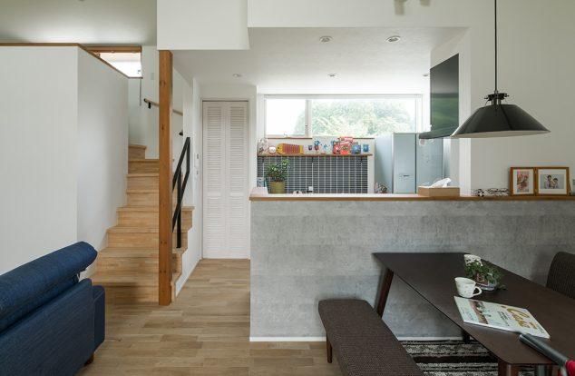 タイルやルーバードアがバランスよくシンプルなキッチンを演出。