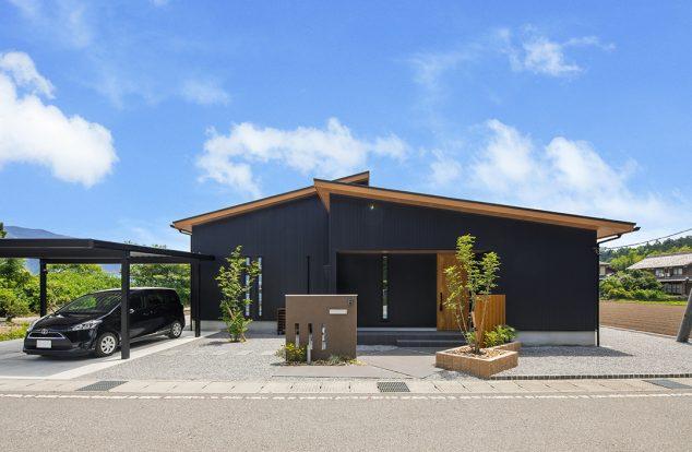 黒色ガルバリウムで流れ屋根をもつ平屋の外観