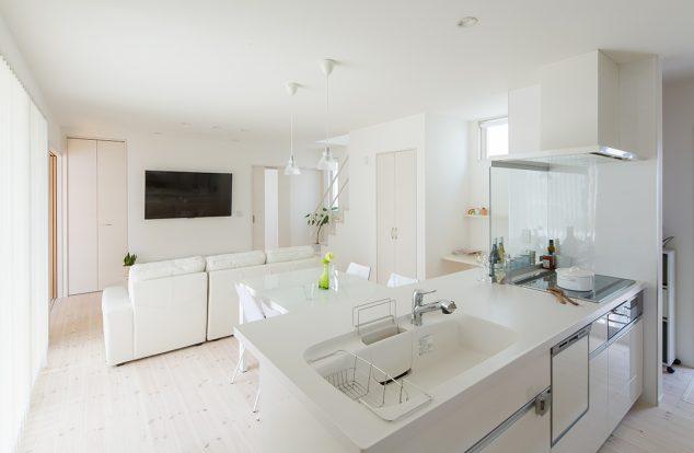 シンプルな白のキッチンカウンター