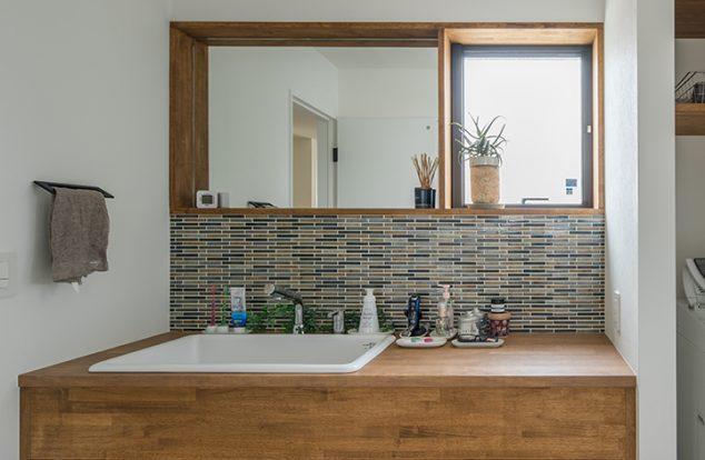 幅広のオーダー洗面台にタイルの映える洗面所