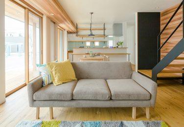 パインの床材に合うように爽やかな色味で統一されたリビング