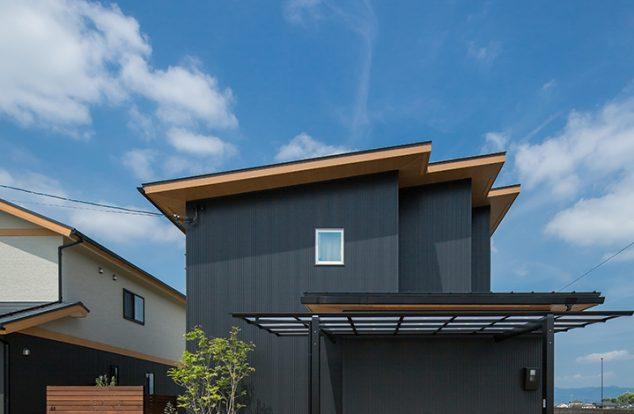 ジグザグの片流れの屋根を持つ家
