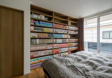 壁一面に本棚のある寝室