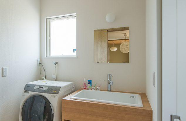洗面ボウルに合わせたシンプルなオーダー洗面台