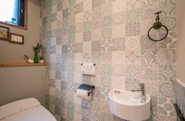 タイル風のクロスを使ったシンプルなトイレ