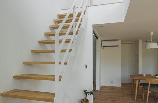 シンプルな白のアイアン階段