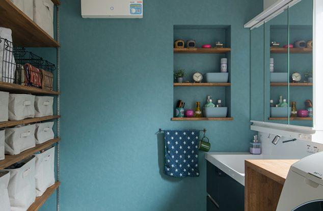 ブルーの壁にニッチのある洗面所