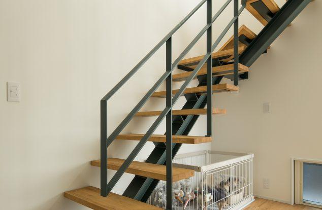 黒の鉄骨で支えるかっこいい階段