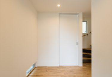 足元の窓から光が入るシンプルな玄関