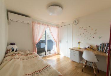 壁、建具、家具を白で統一した子供部屋