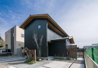 2つの切妻屋根のボリュームが組み合わさった外観