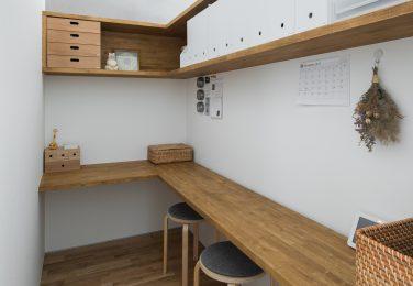 家族の気配を感じる半個室書斎スペース
