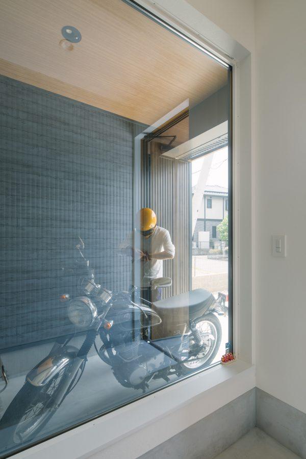 ギャラリー風の大きな窓を施したバイクガレージ