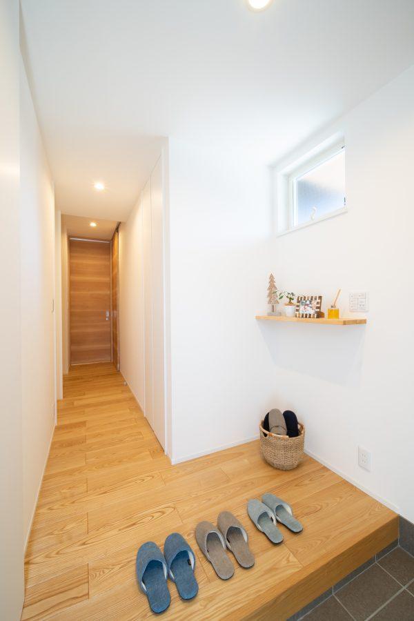 小さな飾り棚のあるシンプルな玄関