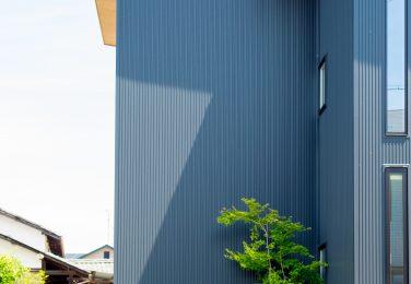 外観のデザインに合わせたガーデンスペース