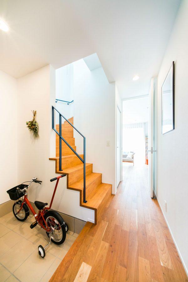 アクセントカラーの手すりのある階段