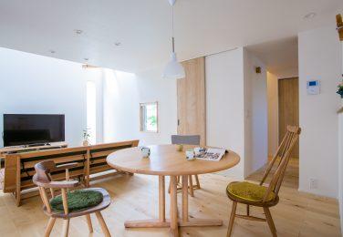 丸いテーブルと椅子による柔らかい雰囲気のダイニング