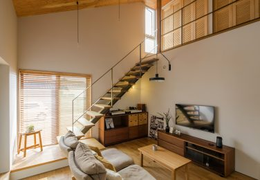 栗の無垢床、勾配天井にも木を採用したリビング