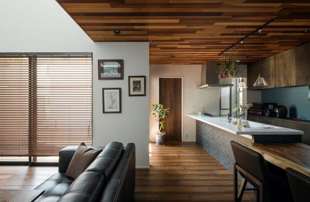 インパクト大のレッドシダーの天井と、ウェスタンブラックパインの床