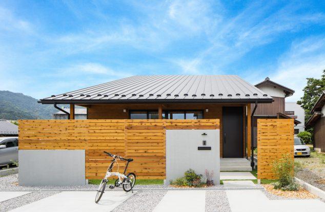 勾配屋根と横ガルバの外観