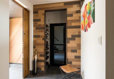 遊び心のある木の壁とフロアが迎えてくれる玄関