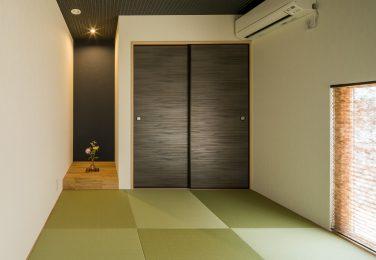 たっぷり収納と市松敷き畳がモダンな和室
