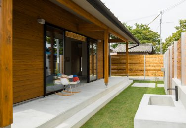 深い軒先から広がる土間からつながるように設計された庭