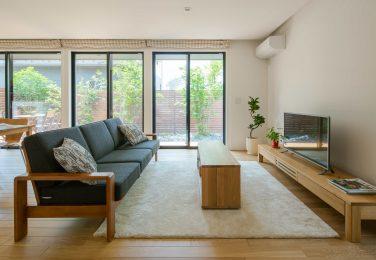 3つの大きな掃き出し窓から庭を眺められるリビング